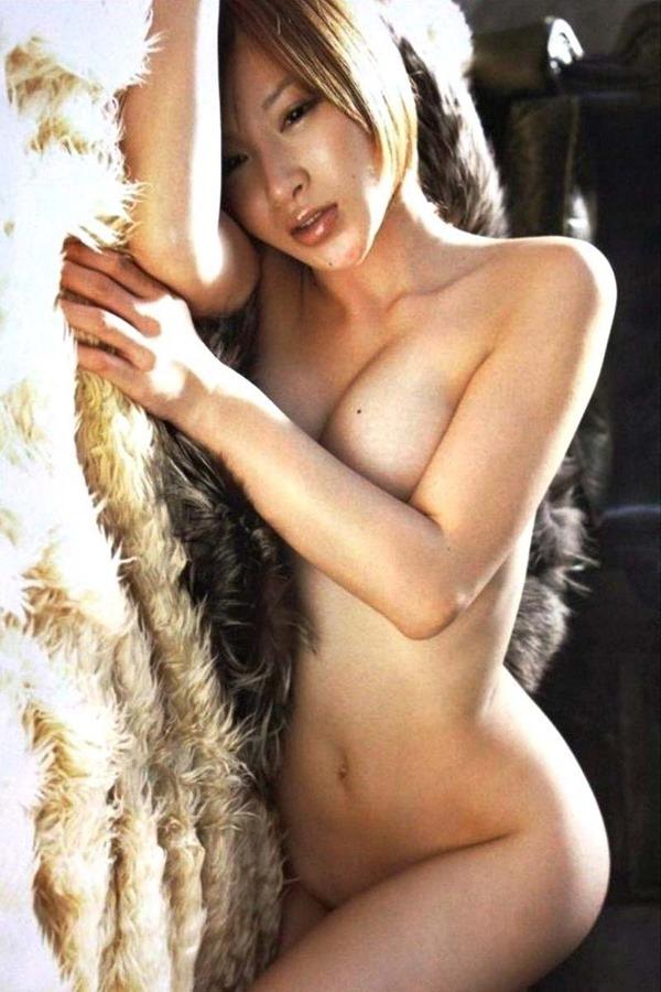 手島優のハミ乳首セミヌード画像9