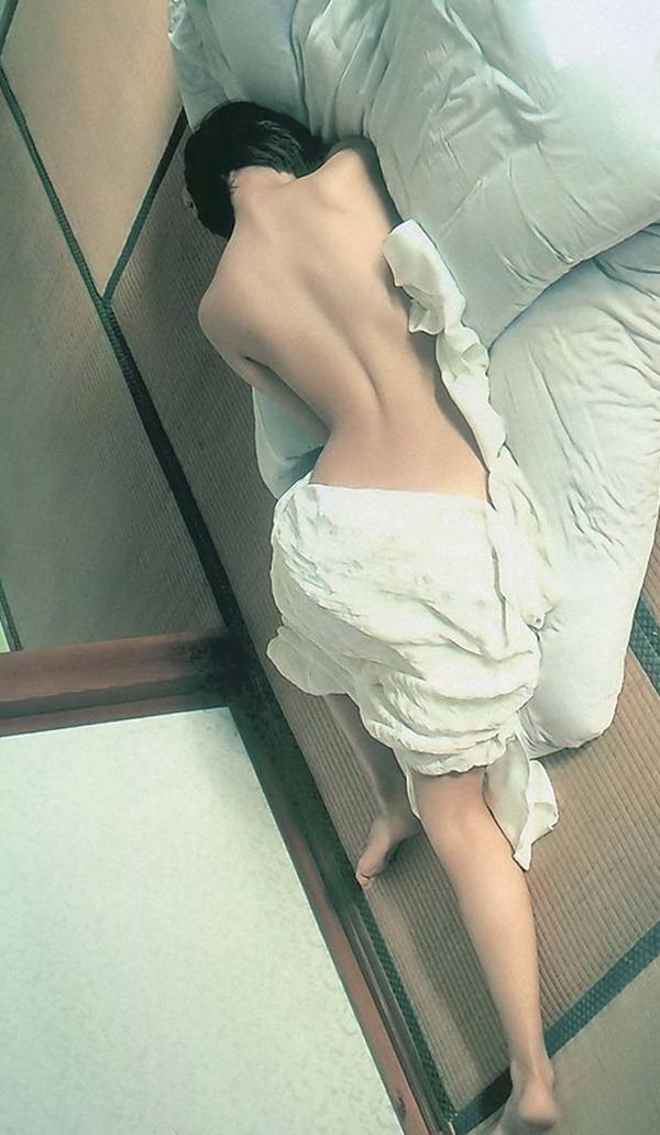 夏菜に胸の谷間トップレス上半身裸画像9