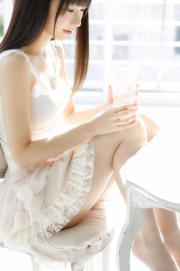 AKB48柏木由紀のエッろい太ももチラ谷間画像1