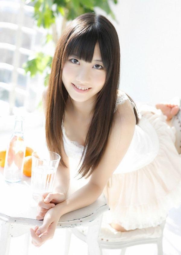 AKB48柏木由紀のエッろい太ももチラ谷間画像4