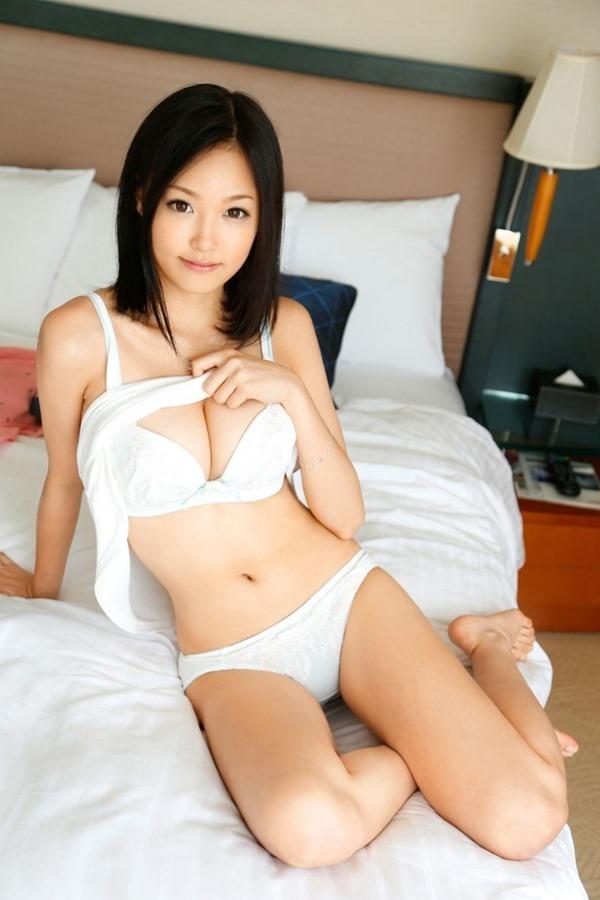 1AV女優の柚月あい