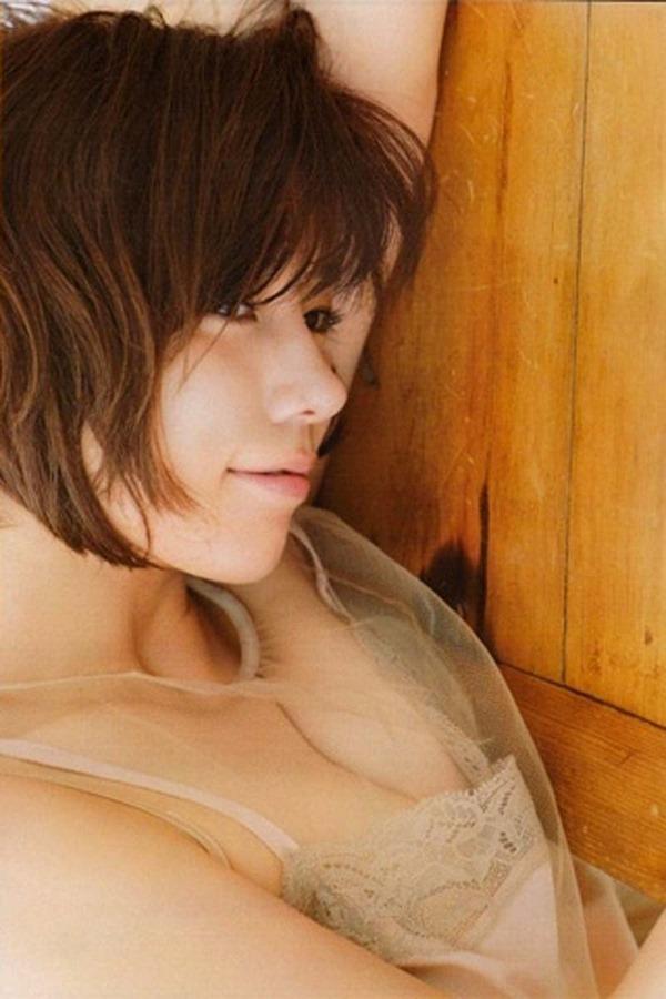 仲里依紗の胸の割れ目グラビア乳揉まれエロGIF画像12