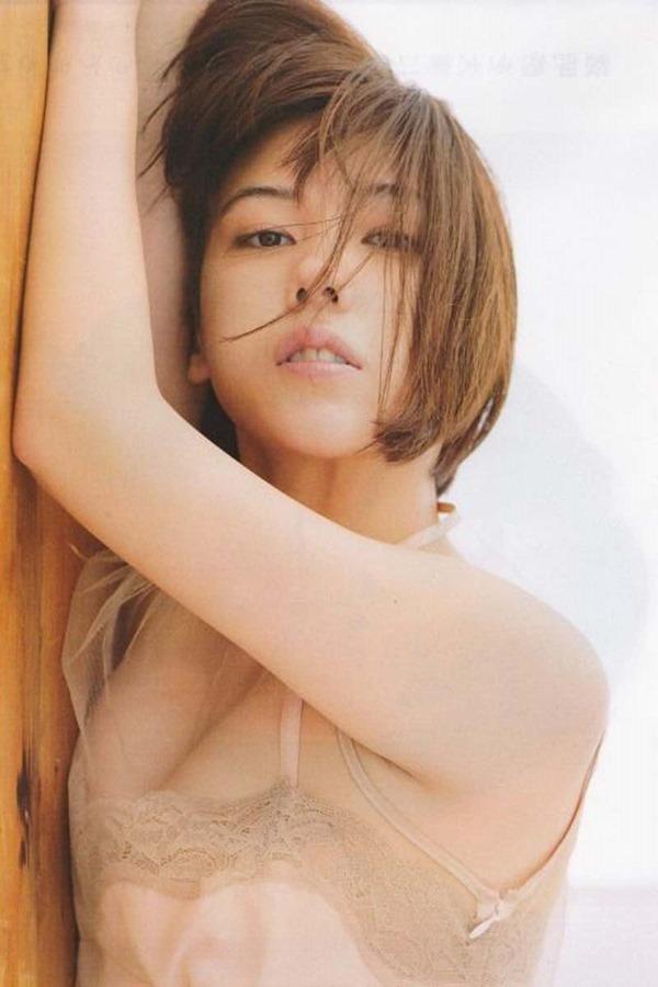 仲里依紗の胸の割れ目グラビア乳揉まれエロGIF画像13