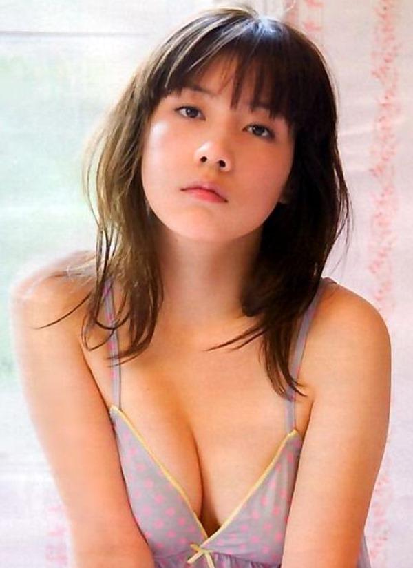 仲里依紗の胸の割れ目グラビア乳揉まれエロGIF画像17