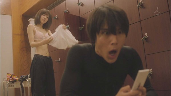 武田玲奈のドラマで生着替えエロGIF画像1