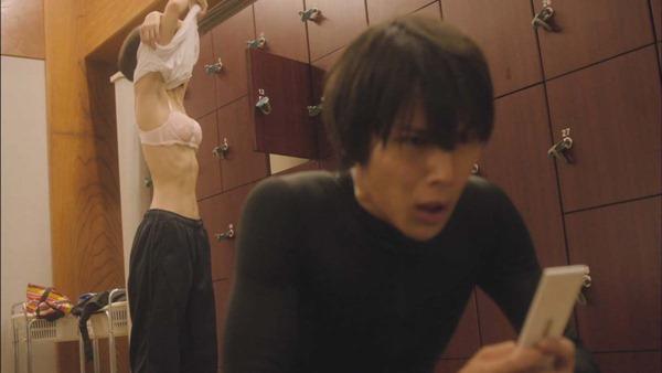 武田玲奈のドラマで生着替えエロGIF画像