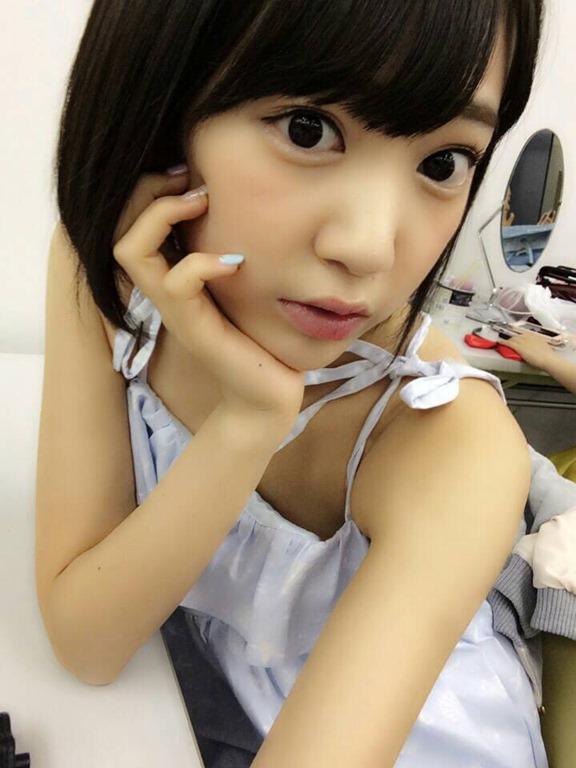 (HKT48宮脇咲良のCカップ美しい乳)ミズ着から食み出たハミ乳写真ムービー