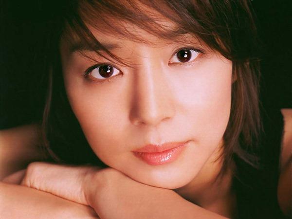 石田ゆり子の上半身ヌード画像