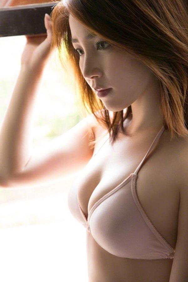 吉川友の美人セクシー画像