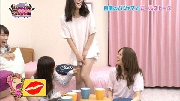 乃木坂のパジャマ姿で女子会の生脚画像