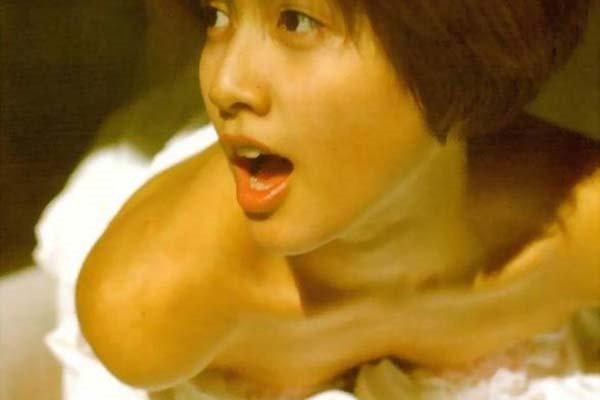内田有紀の全裸ベッドシーン画像