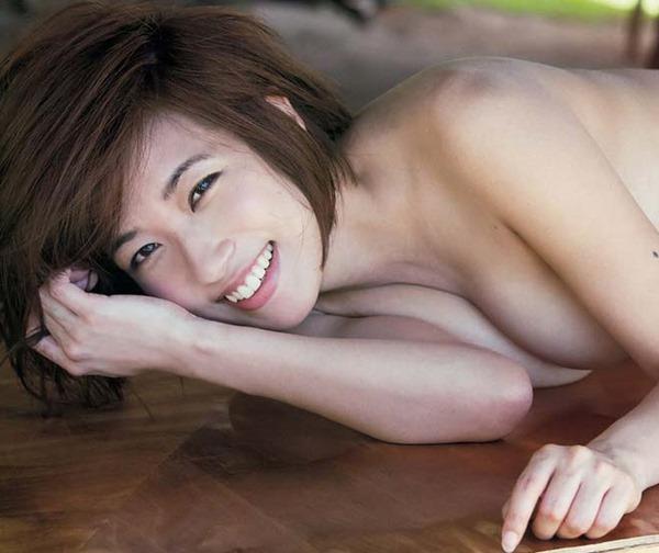 佐藤聖羅の手ブラ巨乳セミヌード画像