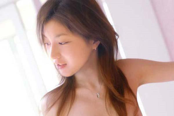 広末涼子のノーブラおっぱいの谷間画像