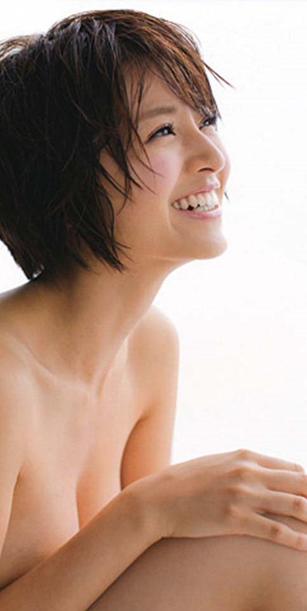 鈴木ちなみの手ブラ巨乳トップレス上半身裸画像