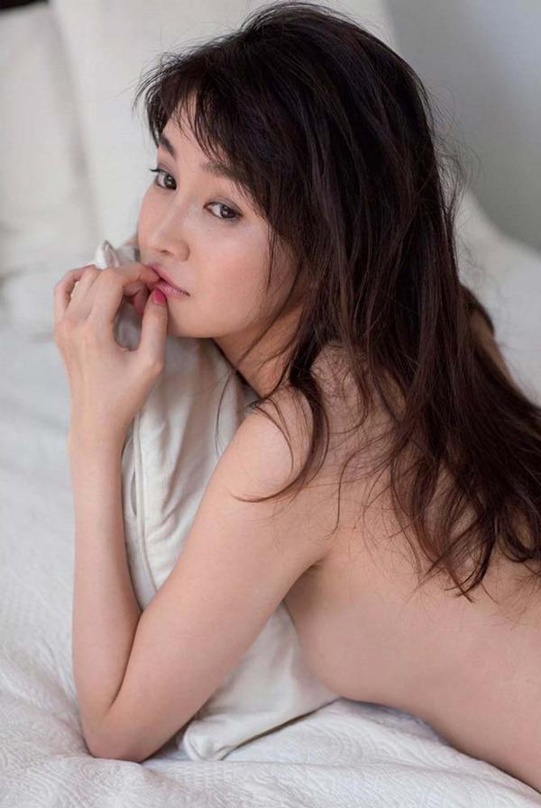 高部あいの手ブラ美乳トップレス上半身裸ヌード画像