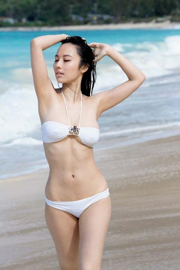谷村奈南の手ブラ乳首ボッチ上半身裸トップレス画像