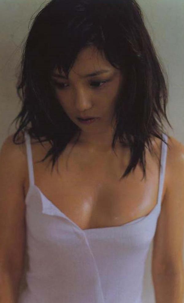 永作博美のチラ胸チラ尻グラビア画像