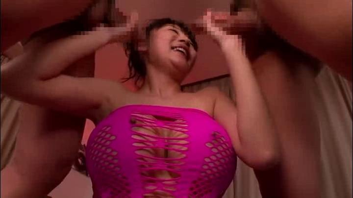 姉、市来美保出演の無料デかパイ動画。Mカップのとんでもない乳のお姉さんが2本のチ○ポをシコシコぺろぺろ!