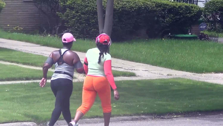 巨尻の素人の無料おっぱい動画。ピチピチのトレーニングウェアでウォーキングする豊満女たちを隠し撮り【素人巨尻】