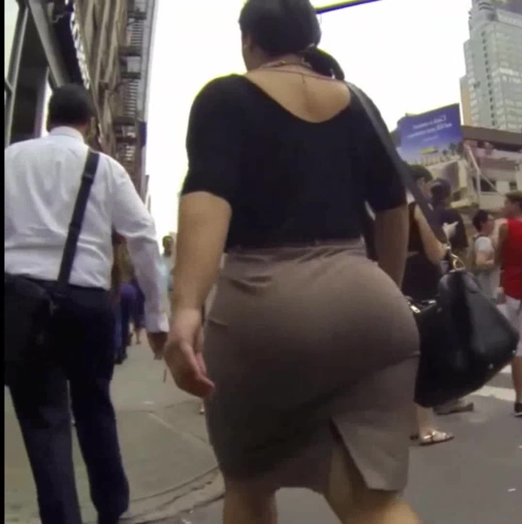 タイトスカートの素人女性の無料おっぱい動画。とんでもない巨尻にぱっつんぱっつんのタイトスカート!