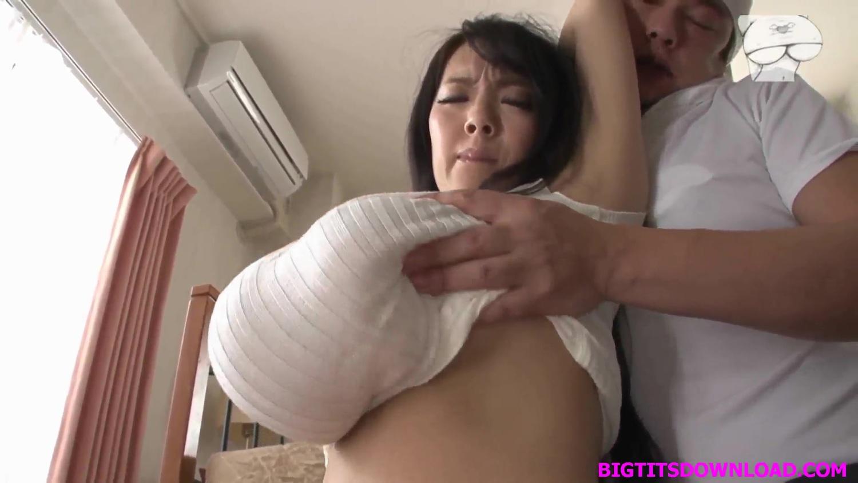 爆乳の素人女性の無料おっぱい動画。爆乳に縦ニット!