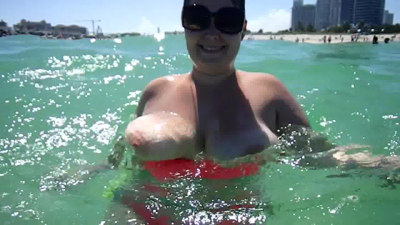 海中で胸を露出させる豊満人妻☆ぷかぷか浮かぶロケット乳が凄い☆(シロウトデブむっちり)-美巨乳