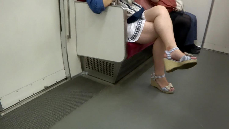 【ムチムチ】ムチムチの素人の動画。ムチムチの脚を組んで電車の座席に座る素人娘を隠し撮り!