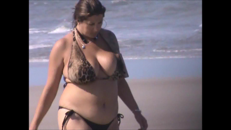 ビキニの美女の無料きょにゅう動画。ビキニ姿で砂浜を歩く豊満美女を隠し撮り!