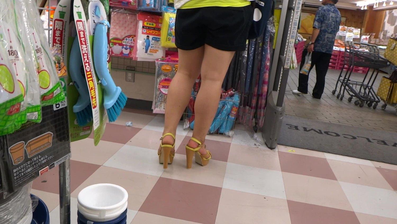 ムチムチの生足にショートパンツ姿のぽっちゃり娘を隠し撮り!