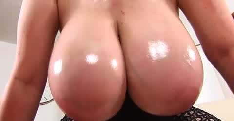 爆乳の素人女性のオイル無料デカパイ動画。オイルまみれの肉感爆乳!