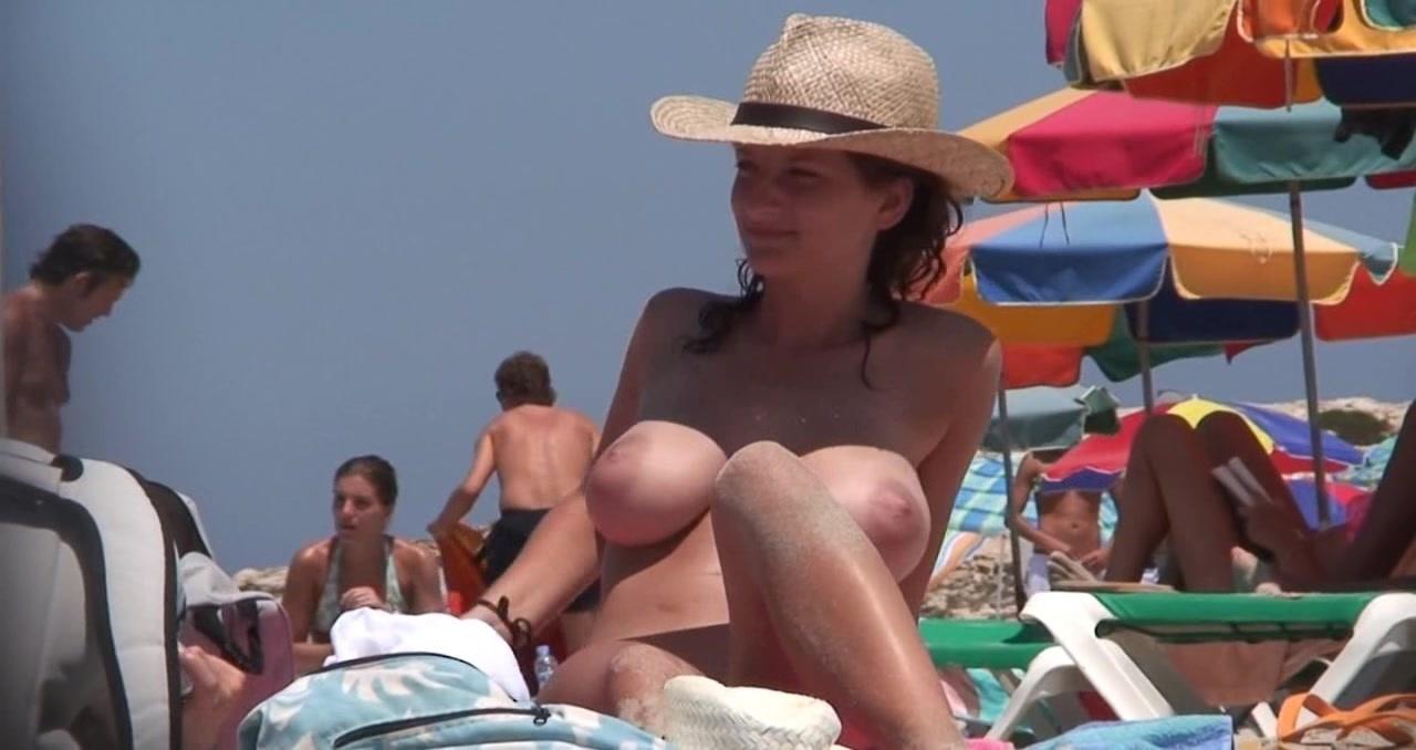 ビーチにて、巨乳のお姉さんの無料きょにゅう動画。ビーチで美巨乳を恥ずかしげもなく見せびらかす美人お姉さん!
