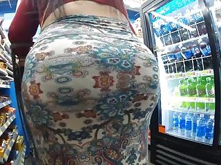 巨尻の素人女性の無料きょにゅう動画。薄い素材のスカートにパンパン巨尻の豊満娘を隠し撮り
