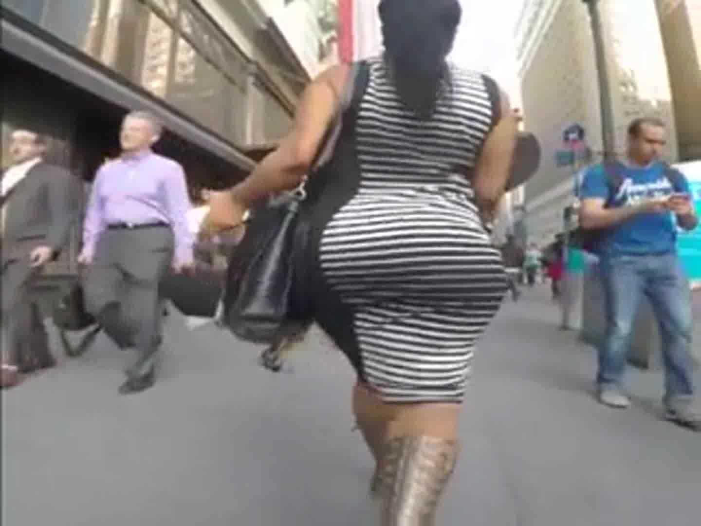 巨尻の素人女性の無料デカパイ動画。ボーダーのドレスを着た豊満女の巨尻を後ろから隠し撮り!