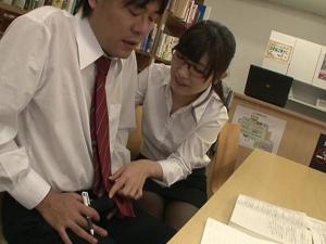 図書館でパンストにメガネの痴女教師に誘惑されてザーメン搾り取られた!美泉咲
