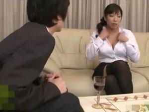 説教しながら胸チラで挑発してドウテイをいただいちゃう黒スト女上司 三喜本のぞみ
