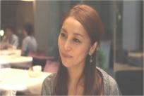 見つめる由美子