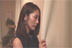窓の外を見ている由美子