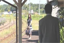 駅で向き合う由美子