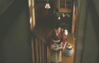 コーヒーと長崎カステラを持ってこうとする伸子