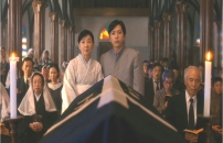 棺を見ている母と息子