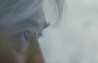 吹雪の中、遠くを見つめる鷲田完二
