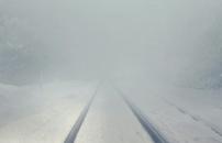 白く続く線路の道