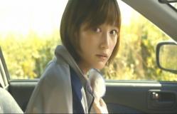 車中で鷲田を見ている敦子
