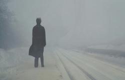雪のホームに立ち尽くす鷲田