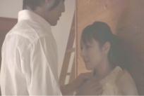 服を脱がそうとする桐山