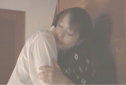 愛人を抱きしめる桐山