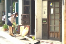 店の前を掃除する美咲