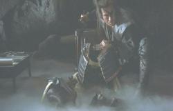 武蔵が身につけていた甲冑を手にする十兵衛