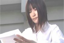 佐原からの手紙を読んでいる胡桃