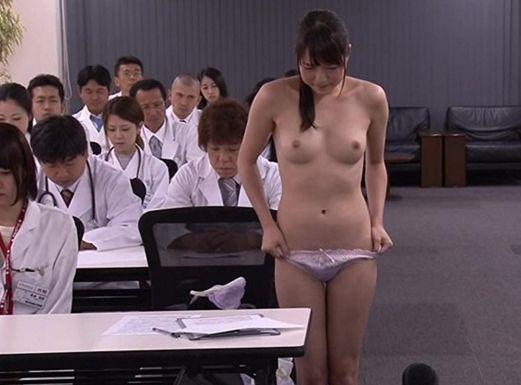 大会議室で全裸になるよう命令される18名の女医。